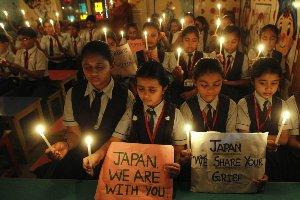 Niñas indias muestran su solidaridad con Japón