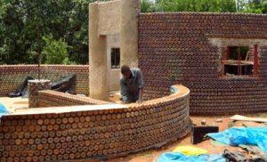 Prototipo de casa hecha con botellas de plástico y arena en Nigeria