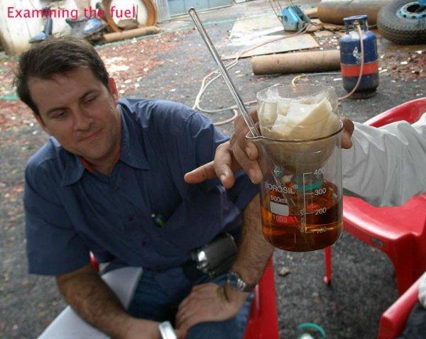 Un Delegado Extranjero comprobando el petroleo obtenido a partir de botellas de plástico