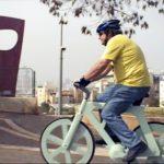 Izhar Gafni en su bicicleta de cartón