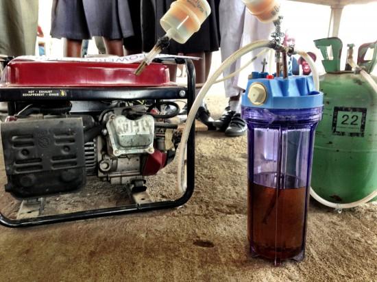 Detalle del generador de electricidad con orina ideado por las jóvenes nigerianas