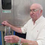 Enrique Veiga, el inventor de la máquina mostrando obteniendo agua del aire con su generador.