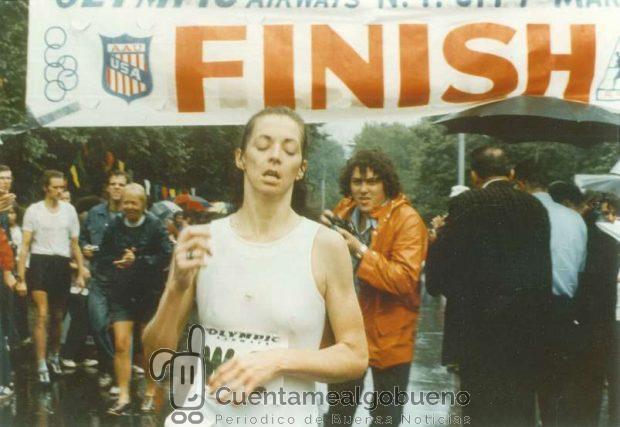 Kathrine Switzer cruzando la línea de llegada de la Maratón de Nueva York como ganadora en el año 1974.