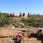 Turistas visitan el Castillo de los Fayos, donde se realizan las excavaciones. Foto: UGR