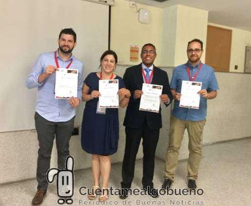 El investigador de la UGR Juan Manuel Melchor Rodríguez, a la derecha de la imagen, recoge el premio concedido por la Sociedad Europea de Biomecánica junto a otros premiados del certamen. Foto: UGR.