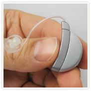 Módulo exterior de SoundBite que se lleva colgado en la oreja