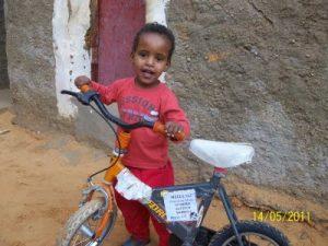 Un precioso niño con su bici donada por los ferroviarios vascos