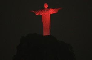 El Cristo Redentor de Río de Janeiro iluminado de rojo en conmemoración del día mundial de la lucha contra el sida