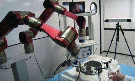 Crean en Andalucía un robot quirúrgico que entiende la voz del cirujano