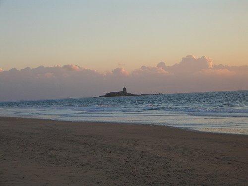 La playa de Camposoto con el Castillo de Sancti Petri al fondo - Foto de alvarezperea en Flickr