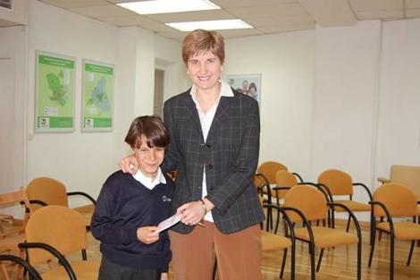 Un niño convierte los regalos de su cumpleaños en una donación para una ONG