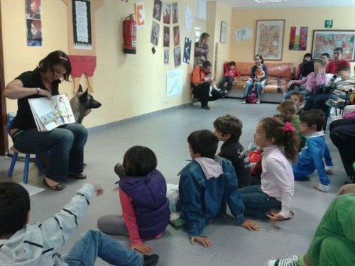 Lectura con perros en el Aula por Terria Blue