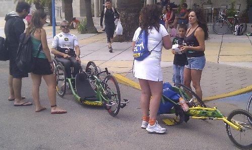 Triatlon Sevilla 2012 - Participante con su silla de ruedas de triatleta