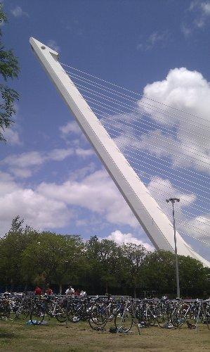 Triatlon Sevilla 2012 - Bicicletas con el puente del Alamillo de fondo