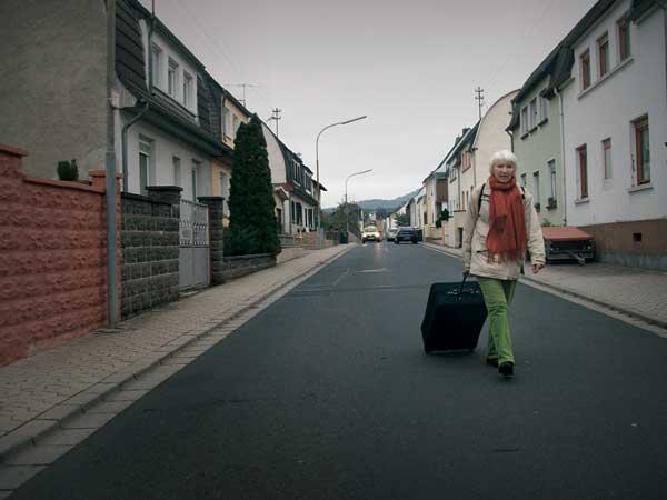 Heidemarie Schwermer con su maleta viviendo sin dinero