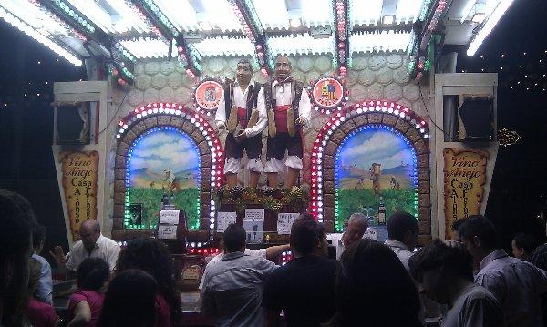 """""""Los Mañicos"""" también conocidos como """"Los Abuelos"""" pisando uvas en la Feria de Córdoba 2012"""