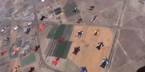 Récord Guiness de paracaidistas en formación con trajes de alas