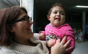 La pequeña Alma junto a su madre, ambas felices