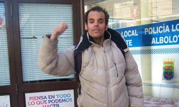 Oscar Linde es un joven invidente de Albolote que se ha convertido en ejemplo de superación individual de barreras físicas y mentales