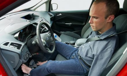 Un madrileño se convierte en el primer conductor europeo sin brazos