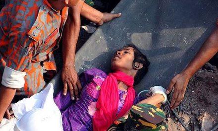 Descubren viva entre los escombros a una mujer 16 días después del derrumbe en Bangladesh