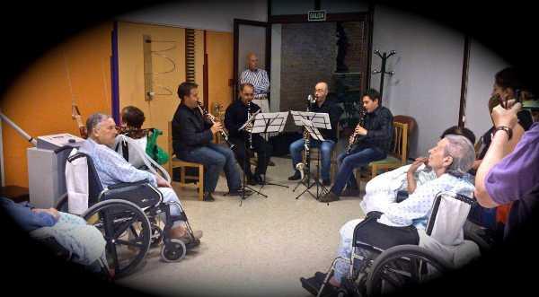 rofesores y alumnos de un conservatorio de Granada empiezan a tocar gratis para los enfermos del hospital de San Rafael