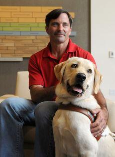 Un perro guía salva a dos personas de ser atropellados en San Rafael, California