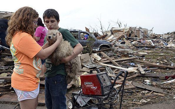 Dos jóvenes con su perro