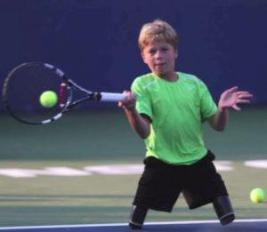 Conner Stroud con 12 años y jugando al tenis sin piernas