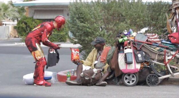 Hombre vestido de Iron Man ayuda a personas sin hogar