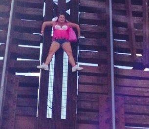 Rescatan a una mujer que quedó colgada en un puente levadizo