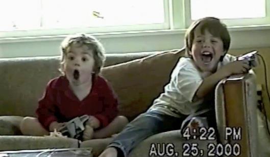 Dos niños jugando a la Nintendo 64 por primera vez