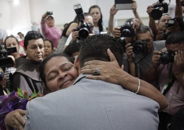 El reencuentro de un hijo con su madre gracias a que vio su foto en Internet