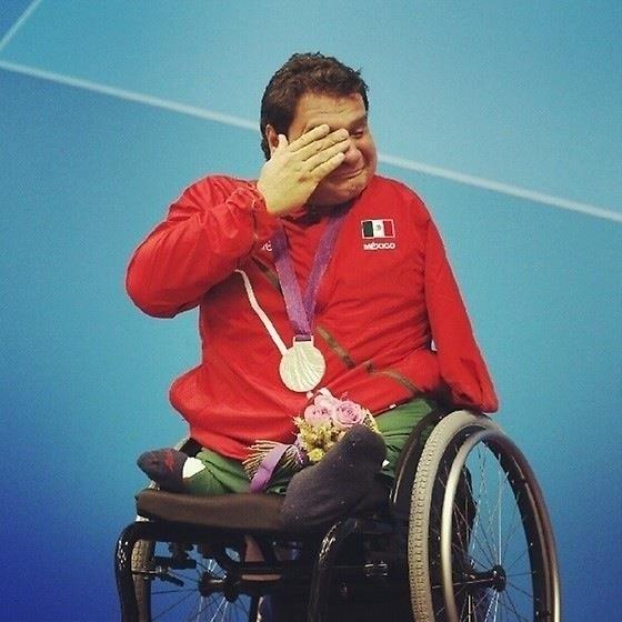 Arnulfo Castorena ganando su primera medalla de oro de natación para México en los Juegos Paralímpico