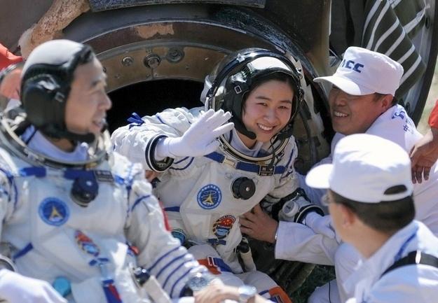 La primera astronauta china Liu Yang volviendo a la Tierra sana y salva
