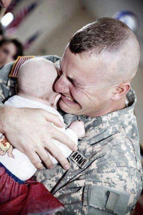 soldado viendo a su hijo por primera vez