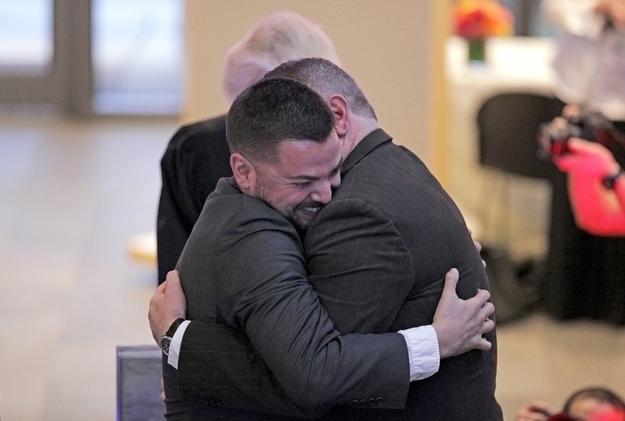 Corianton y Keith abrazándose después de convertirse en la primera pareja homosexual en casarse en Seattle