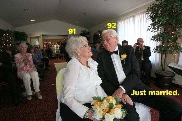 Encantadora pareja casándose