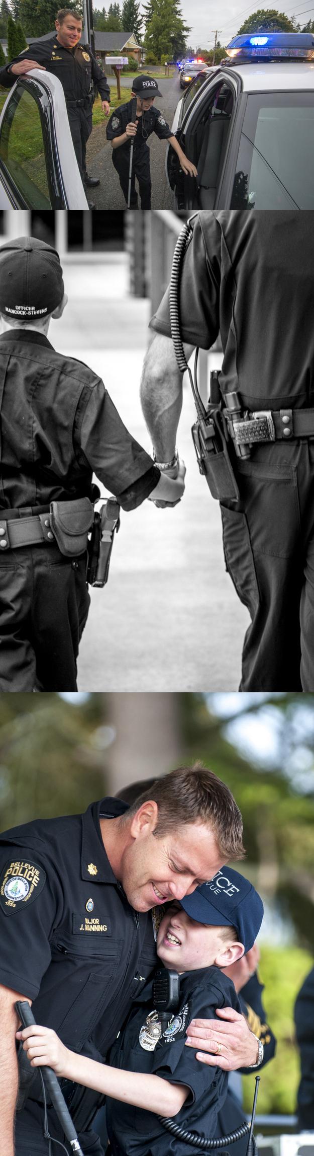 Oficiales de policía haciendo realidad el sueño del niño de 13 años Gage Hancock-Stevens de ser un poli