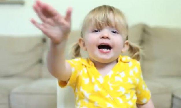 Felicitación sorpresa de cumpleaños de una niña a su madre