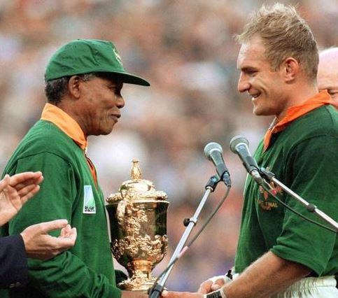 Nelson Mandela, junto a Françoise Pieenar tras la final del Mundial de 1995.