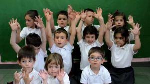 Pequeños que arrasan con una canción en lengua de signos
