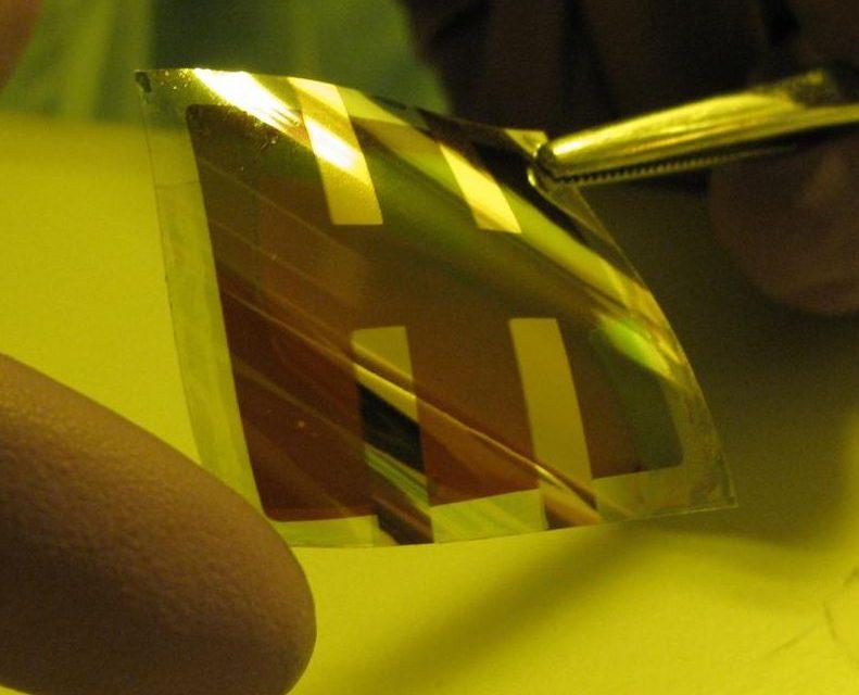 Investigadores españoles crean una lámina fotovoltaica flexible, transparente y barata