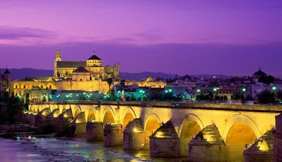 La Mezquita-Catedral de Córdoba con el Puente Romano sobre el río Guadalquivir