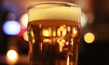 Descubren por qué se desborda una cerveza cuando recibe un impacto