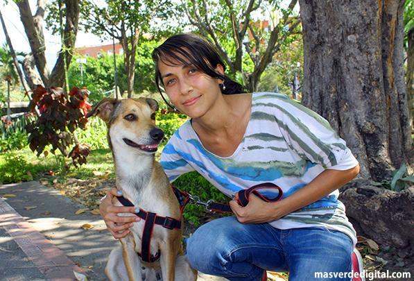 Laura D'Sales, proteccionista independiente junto con Valentina, una perrita a la que rescató en la calle