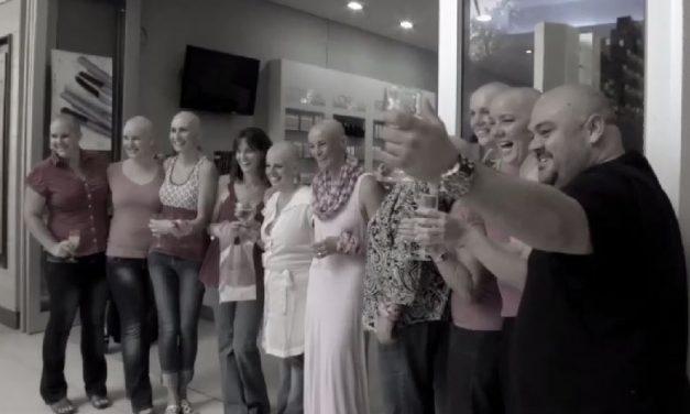 Las amigas de una mujer enferma de cáncer se rapan el pelo en solidaridad con ella