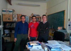 De izquierda a derecha, los físicos Enrique Ruiz Arriola, Rodrigo Navarro Pérez y José Enrique Amaro Soriano en su despacho de la UGR.