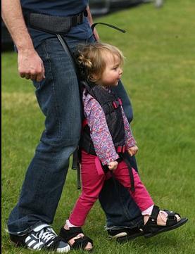 Madre de un niño con parálisis cerebral inventa arnés para que estos niños puedan caminar