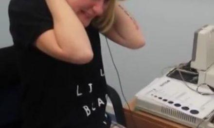 Una mujer sorda conmocionada al oír por primera vez